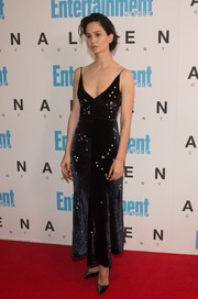 Katherine Waterston complemented her dress with a pair of black velvet pumps.