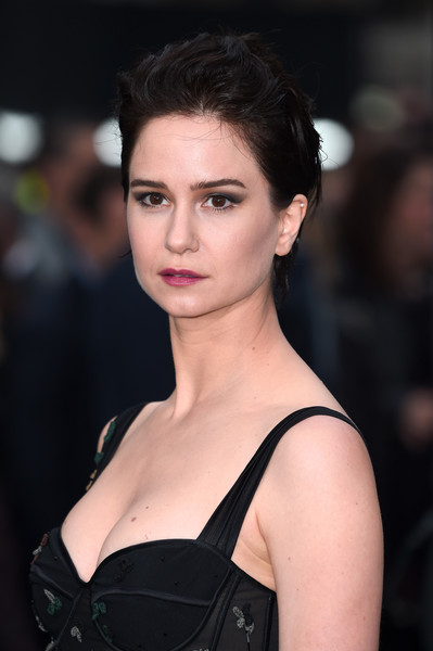 More Pics Of Katherine Waterston Messy Cut 1 13