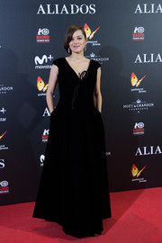 Marion Cotillard went the simple yet elegant route with this black Armani Privé velvet gown at the Madrid premiere of 'Allied.'