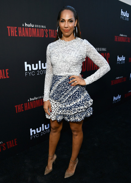 Amanda Brugel Pumps [the handmaids tale,clothing,dress,cocktail dress,premiere,fashion,fashion model,carpet,footwear,shoulder,red carpet,amanda brugel,hulu,california,los angeles,the wilshire ebell theatre,finale,finale]