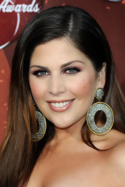 Hillary Scott added some color to her look with soft jewel tone purple shadow. Her look was completed with a shimmering peach pout.