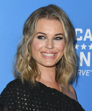Rebecca Romijn framed her beautiful face with a wavy hairstyle for the 2018 American Humane Hero Dog Awards.