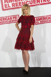 Mena Suvari stepped out at the 'American Reunion' photocall in Madrid wearing a pair of black peep toe pumps with pretty black rosettes.