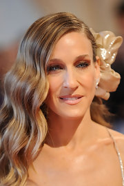 SJP showed off her deep side part which she accented with a shimmering flower that worked perfect with her dress. This woman can do no wrong.