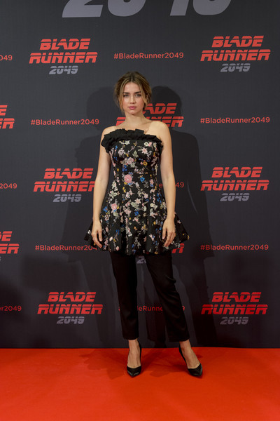 Ana de Armas Strapless Dress [blade runner 2049,photo,flooring,little black dress,fashion,carpet,fashion model,dress,red carpet,catwalk,fashion design,cocktail dress,denis villeneuve,filmmakers,stars,actors,ana de armas,ryan gosling,barcelona,event]