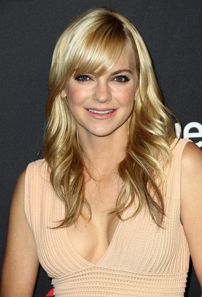 Anna Faris Feathered Flip [television show,hair,blond,human hair color,hairstyle,chin,layered hair,beauty,bangs,long hair,fashion model,mom,anna faris,arrivals,los angeles,dolby theatre,california,hollywood,paley center for media,paleyfest]