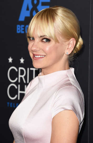 Anna Faris Classic Bun [hair,hairstyle,blond,face,chin,eyebrow,beauty,bangs,bob cut,shoulder,arrivals,anna faris,beverly hills,california,the beverly hilton hotel,critics choice television awards]