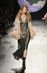 A fringed and feathered shawl amped up the glamour.