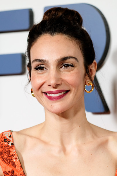 Annie Parisse Classic Bun [hair,face,eyebrow,hairstyle,lip,skin,chin,beauty,nose,forehead,arrivals,annie parisse,new york,amc 34th street,friends from college,premiere]