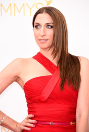 Chelsea Peretti sported a sleek, center-parted layered hairstyle at the Emmys.