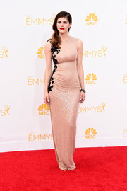 Alexandra Daddario played up her fab figure in a slinky nude Reem Acra sequin gown during the Emmys.