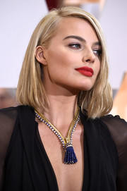 Margot Robbie topped off her look with a very sexy red lip.