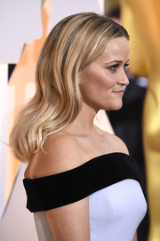 Reese Witherspoon wore her hair down in a gently wavy style during the Oscars.