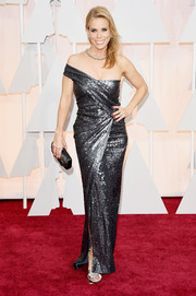 Cheryl Hines gleamed on the Oscars red carpet in a gunmetal-gray off-one-shoulder gown.