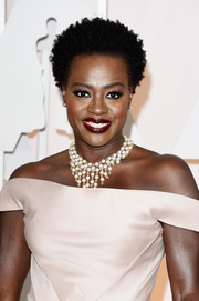 Viola Davis dressed up her bare neckline with a pearl chandelier necklace by Van Cleef & Arpels.