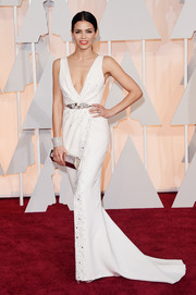 Jenna Dewan-Tatum looked downright stunning at the Oscars in a subtly embellished, deep-V white gown by Zuhair Murad Couture.