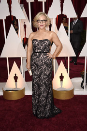 Rachael Harris dressed up her curves in a lovely strapless lace-overlay gown for the Oscars.