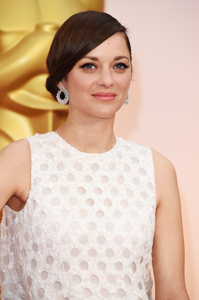 Marion Cotillard complemented her 'do with a lovely pair of Chopard diamond hoops.