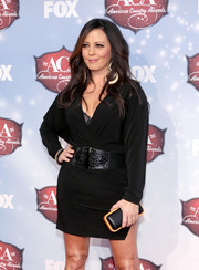 Sara Evans carried a simple black and tan leather clutch when she attended the American Country Awards.