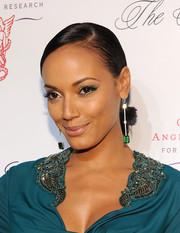 Selita Ebanks applied metallic gold eyeshadow for an eye-popping beauty look.