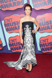 Kate Walsh went for exotic elegance in a black-and-white printed strapless gown by Naeem Khan at the CMT Music Awards.