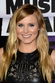 Long beachy waves softened Kristen Bell's leather look.
