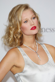 Toni Garrn went for a striking beauty look with bright red lips and rouged-up cheeks.