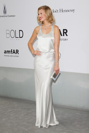 Toni Garrn's white and silver box clutch went gorgeously with her outfit.