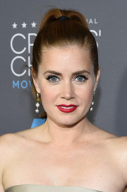 Amy Adams went for a classic makeup look, with winged eyeliner and gorgeous red lips.