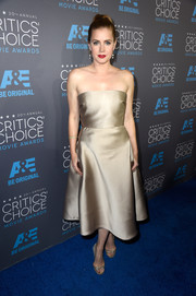 Amy Adams showed up to the Critics' Choice Movie Awards in a stunning matte silk dress in a glamourous gold color.