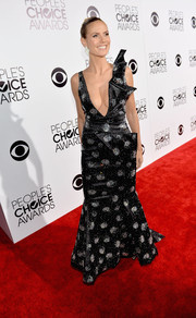 Heidi Klum turned up the heat at the People's Choice Awards in an Armani gown with a navel-grazing neckline.