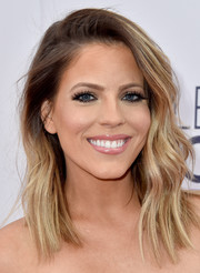 Stephanie Bauer wore her hair down with just a hint of wave during the People's Choice Awards.