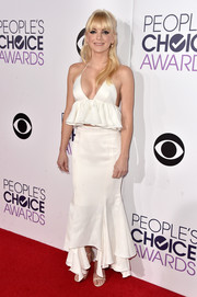Anna Faris completed her spotlight-stealing look with a flowy white skirt, also by Juan Carlos Obando.
