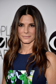 Sandra Bullock wore her hair down with a center part and subtle waves during the People's Choice Awards.