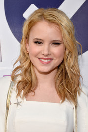 Taylor Spreitler topped off her look with messy-chic waves when she attended the People's Choice Awards.