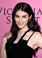 Sui He wore her hair long and wavy with a center part at the Victoria's Secret fashion show after-party.