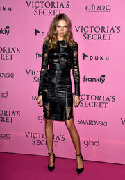 Black pumps with double ankle straps sealed off Magdalena Frackowiak's look.