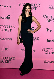 Sara Sampaio completed her minimalist-elegant look with a black satin clutch.