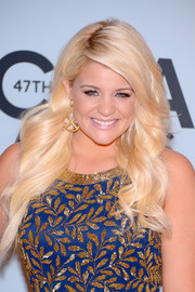 Lauren Alaina looked darling with her long wavy 'do at the CMA Awards.