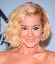 Kellie Pickler opted for a retro-glam finger-wave 'do when she attended the CMA Awards.