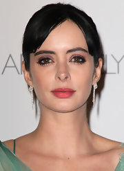 Krysten Ritter accessorized her gown with a pair of delicate dangling diamond earrings.