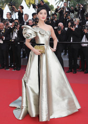 Fan Bingbing paired her gorgeous gown with a glittery gold clutch by Edie Parker.