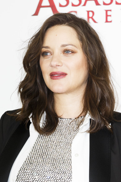 Marion Cotillard wore her hair down to her shoulders in bouncy waves at the 'Assassin's Creed' photocall.