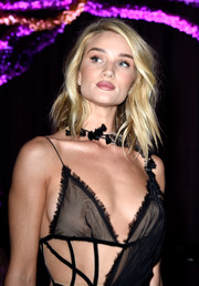 Rosie Huntington-Whiteley wore her hair down to her shoulders with edgy-glam waves during the Atelier Versace fashion show.