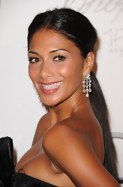 Nicole paired her sleek center part ponytail with dangling diamond earrings.
