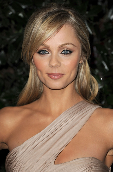 Laura paired her bronzed glow with a highlighted half up hairstyle.