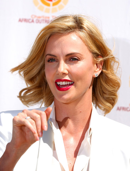 Charlize Theron looked lovely with her short wavy cut at the Australian F1 Grand Prix.