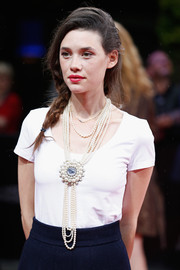 Astrid Berges Frisbey accessorized with a layered pearl necklace for a glamorous finish to her simple white top at the Munich Film Fest award ceremony.