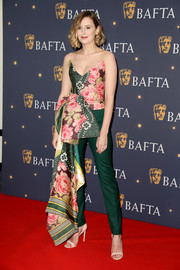 Laura Carmichael finished off her outfit with a pair of green skinny trousers, also by Oscar de la Renta.