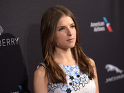 Anna Kendrick kept it minimal with this loose, straight center-parted 'do at the BAFTA Los Angeles tea party.